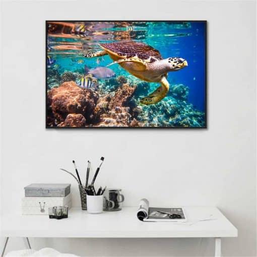 Photo de tortue de mer géante en balade avec ses amis les poissons