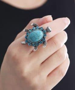 main ornée d'une bague tortue avec 14 cristaux