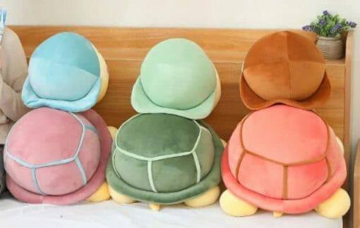 trois peluches tortues vues de dos
