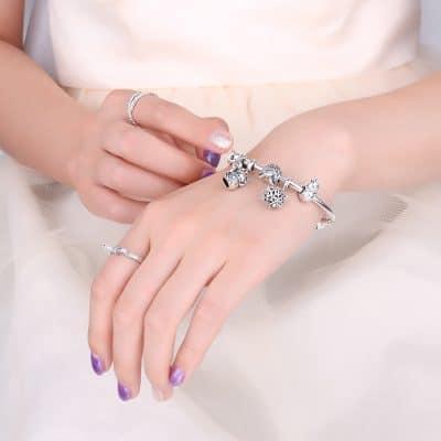 Bracelet sur un beau poignet