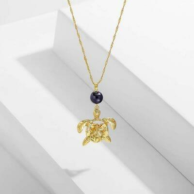 collier tortue maori doré et sa perle polynésienne