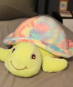 jouet tortue sur son lit