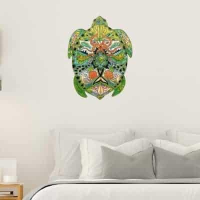 tortue accrochée au mur