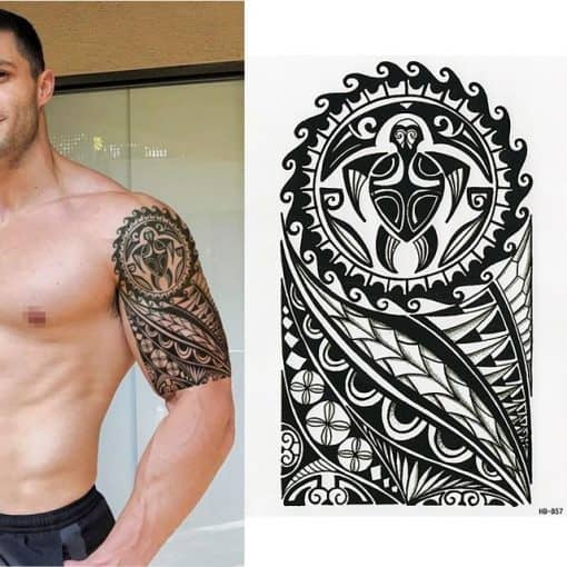 homme avec un tatouage tortue tribal
