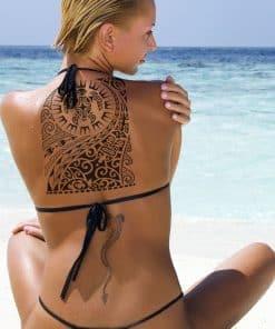 femme portant un tatouage tortue tribal