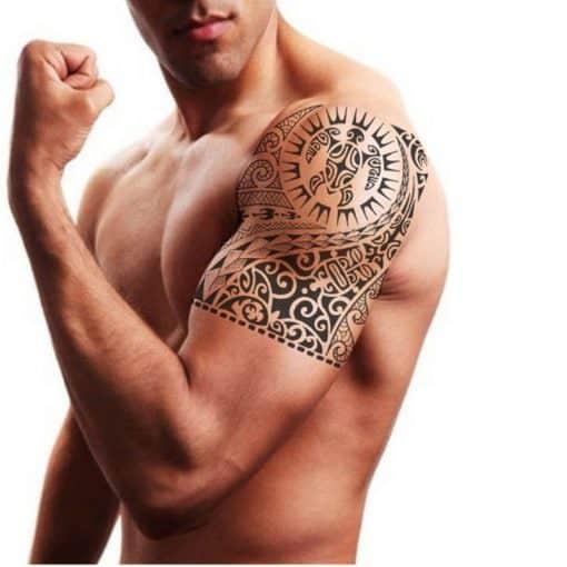 homme portant un tatouage tortue tribal