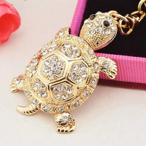 pierre blanches serties sur un accessoire tortue