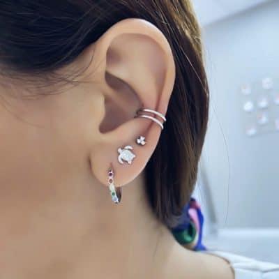 femme avec boucles d'oreille en argent zircon