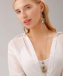 femme blonde porte bijoux tortue
