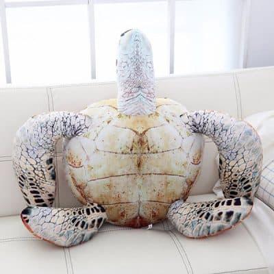 soraya l'animal mariin debout sur canapé