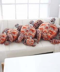 peluche tortue toute les tailles sur un canapé