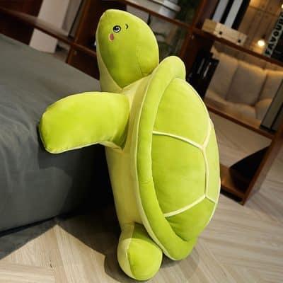 jouet tortue paul sur un lit