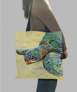 femme qui porte sac fourre-tout tortue