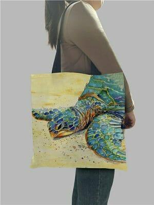 femme qui porte un sac à bandoulière tortue