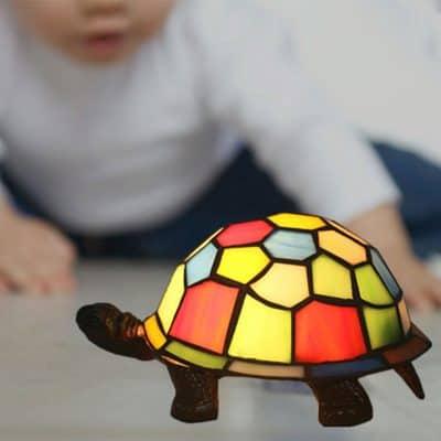 enfant joue avec tortue lumineuse